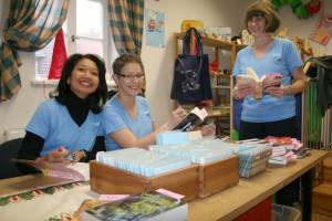 Fauziah Pohlmann, Andrea Haagen und Petra Rubner (von links) an ihrem Arbeitsplatz in der Gemeindebücherei