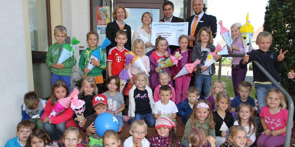 Die Volksbank Forchheim spendet 1.000 Euro an die Kindergärten