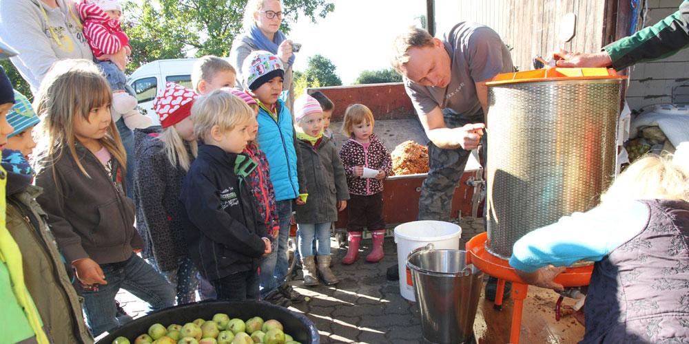 Frischer Apfelsaft für Trailsdorfer Kindergarten