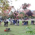 Traditionelle Aufstellen des Kirchweihbaumes am Festplatz