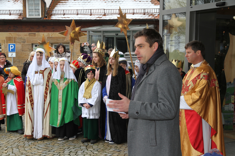 Alle Sternsinger an Dreikönig am Rathaus