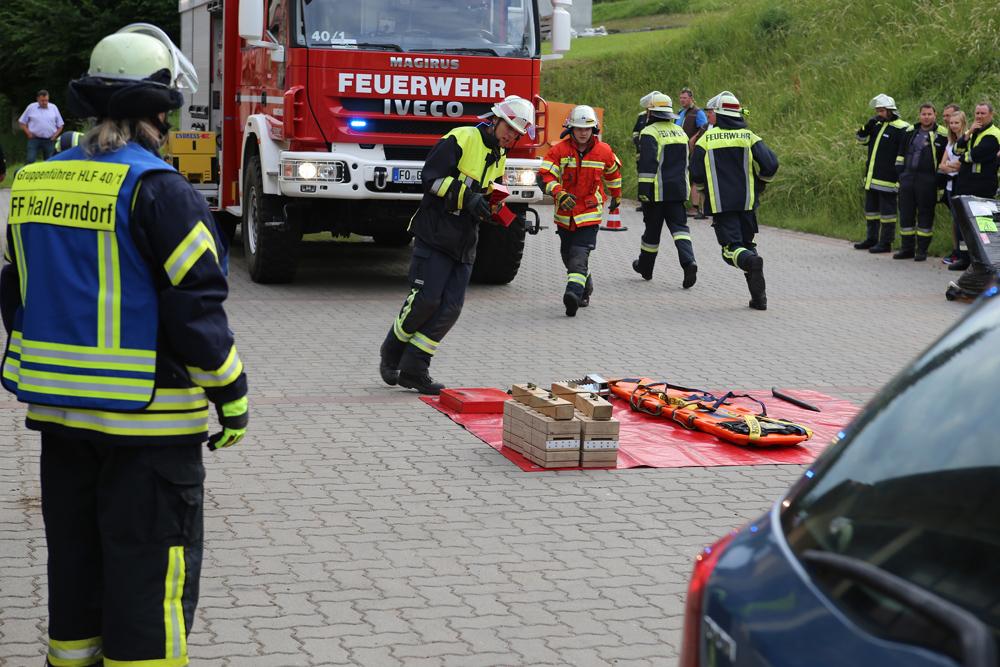 Feuerwehrkräfte absolvieren Prüfung