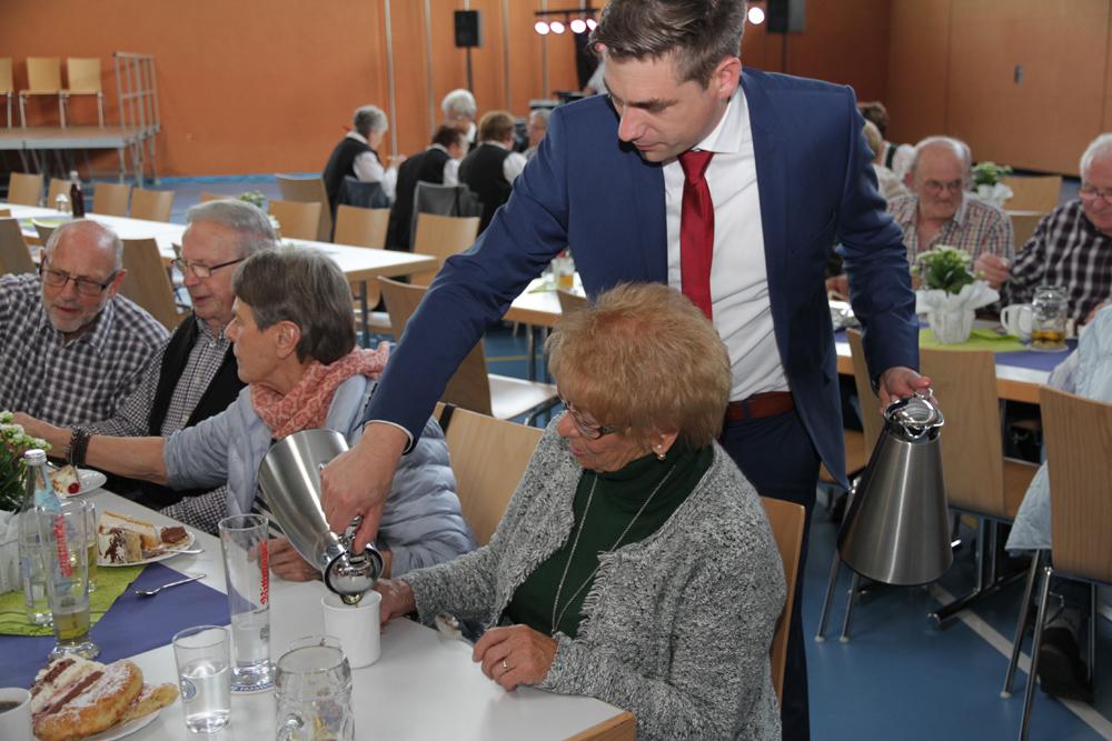 Rund 200 Senioren kamen in die Turnhalle