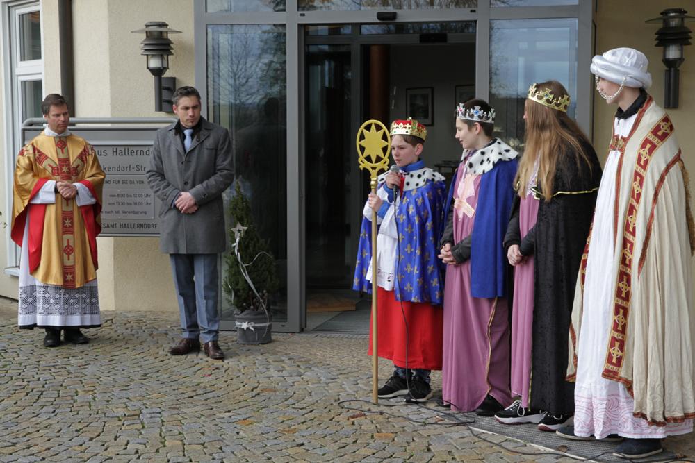 Sternsinger segnen Rathaus