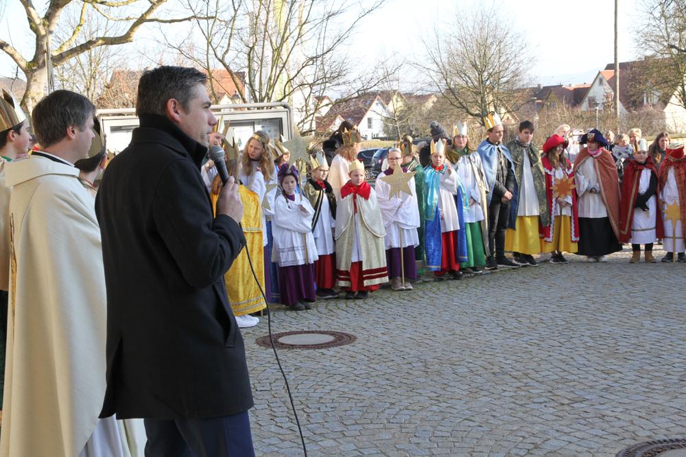 Sternsinger segnen an Dreikönig das Rathaus